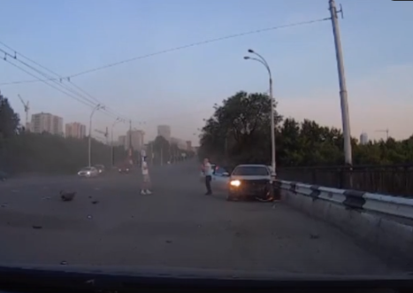В Кемерово «Мерседес» вытолкнул KIA на отбойник. Трое пострадали, среди них ребёнок