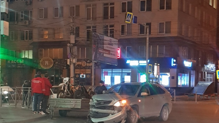 В Октябрьском районе произошло ДТП, в котором девушка выпала из машины, — момент попал на видео