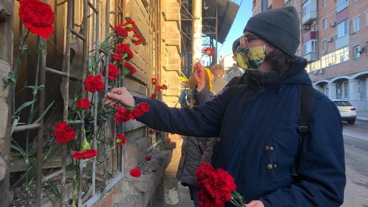 Ростовчане попрощались с историческим домом, приговоренным к сносу. Здание украсили цветами