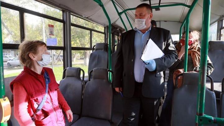 Пассажир автобуса без маски попытался сбежать от оформляющих протокол полицейских