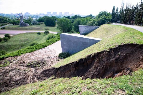 Дождевые потоки размыли почву и снесли бордюры