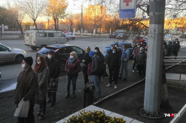 """Такая очередь выстраивается у поликлиники <nobr class=""""_"""">№ 2</nobr> на улице Доватора по утрам"""