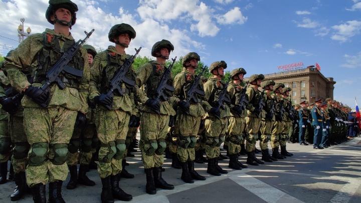Солдаты без масок, танки, самолёты и флаг России: в Волгограде прошел июньский парад Победы