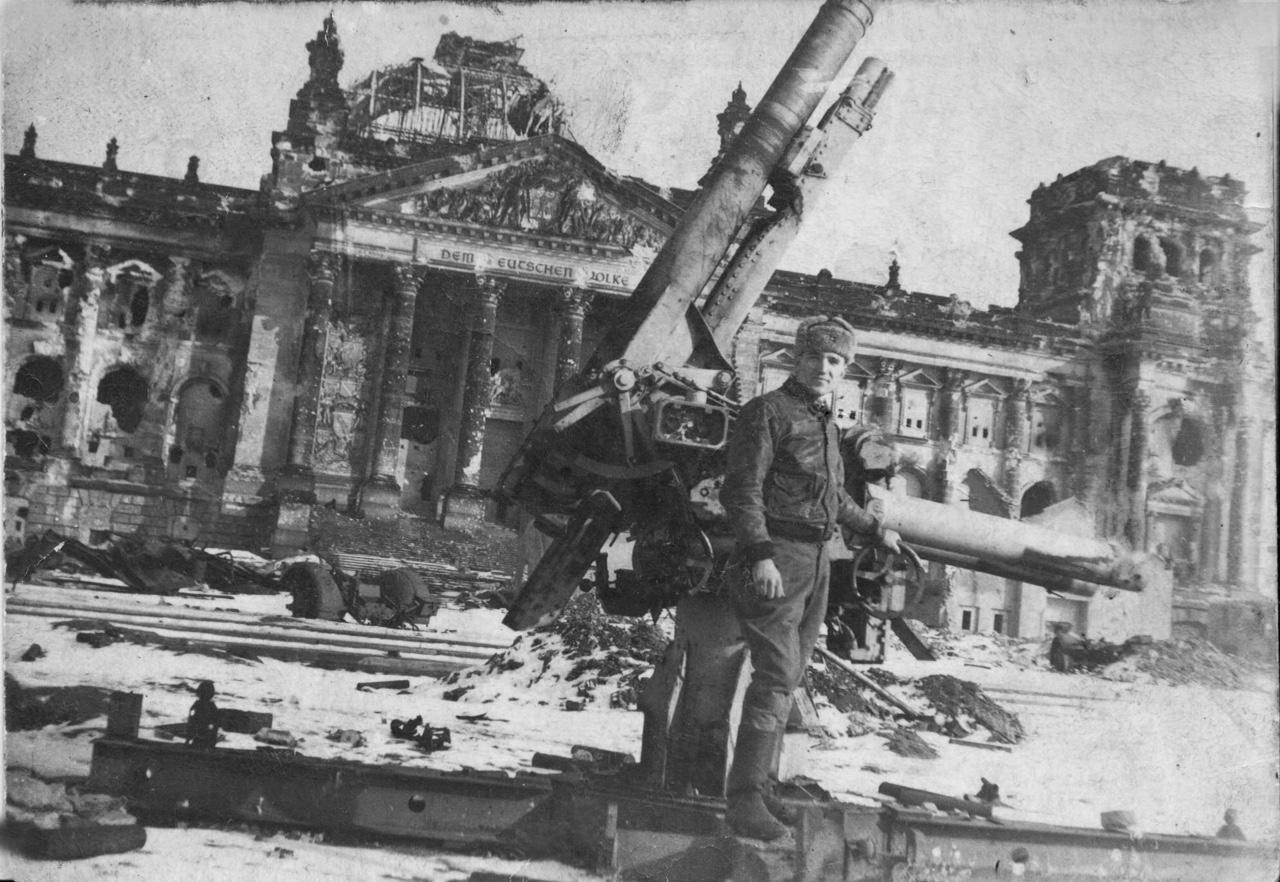 "7 мая 1945 года, водитель грузовиков-заправщиков Василий Клименко <a href=""https://www.e1.ru/news/spool/news_id-52969711.html"" target=""_blank"" class=""_"">на фоне разбитого Рейхстага</a>"