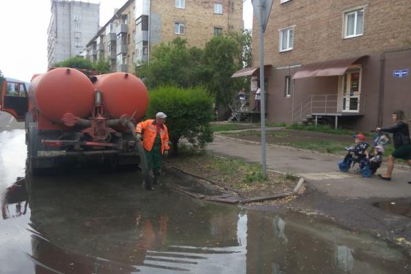 Воду откачивали коммунальщики