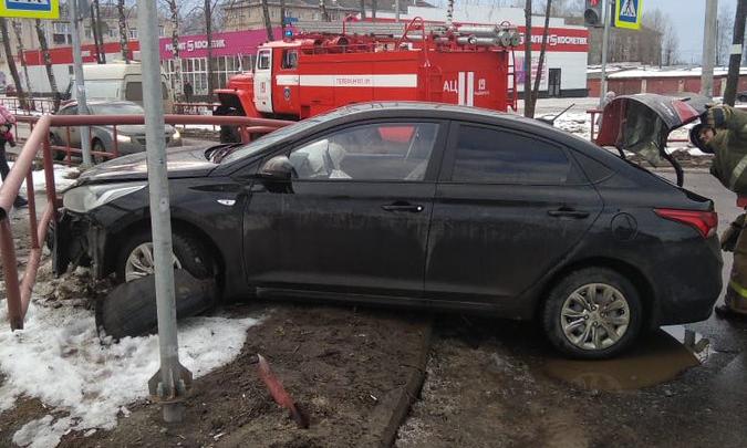 Машину отбросило в ограждение: в аварии в Рыбинске пострадал мужчина