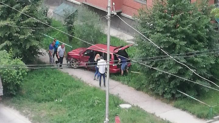 «Отбросило на пешеходную дорожку»: в Ленинском районе столкнулись Subaru и Chevrolet, есть пострадавшие