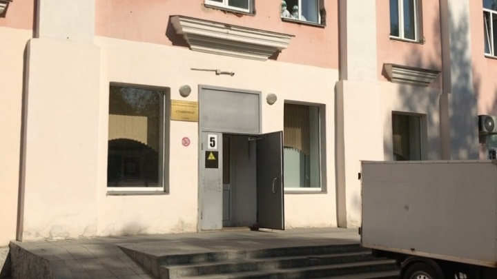 «Новую больницу построили для элиты?»: челябинку возмутило, что ее отца-инвалида с COVID-19 положили в коридор
