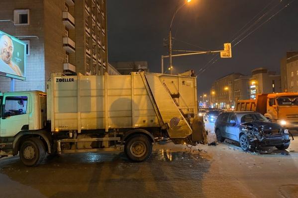 Водитель кроссовера задел седан и врезался в мусоровоз