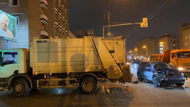 «Вел себя агрессивно»: водитель BMW врезался в иномарку и мусоровоз в центре Новосибирска