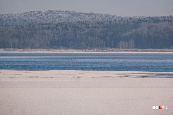 Маленькая желтая точка вдали — буек, поставленный на месте, где на глубине 11 метров находится машина. Расстояние от берега — около 300 метров