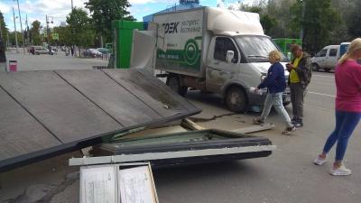 На Первомайской улице грузовая «Газель» снесла остановку общественного транспорта