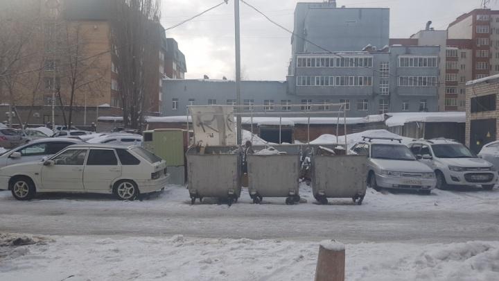 В мэрии Уфы рассказали, за что оштрафовали водителя, который припарковался возле мусорных баков