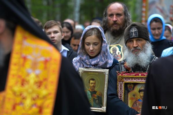 Схиигумен Сергий (справа) во время крестного хода