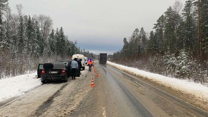 Начал обгон и столкнулся с Lada. В аварии на тюменской трассе пострадали шесть человек