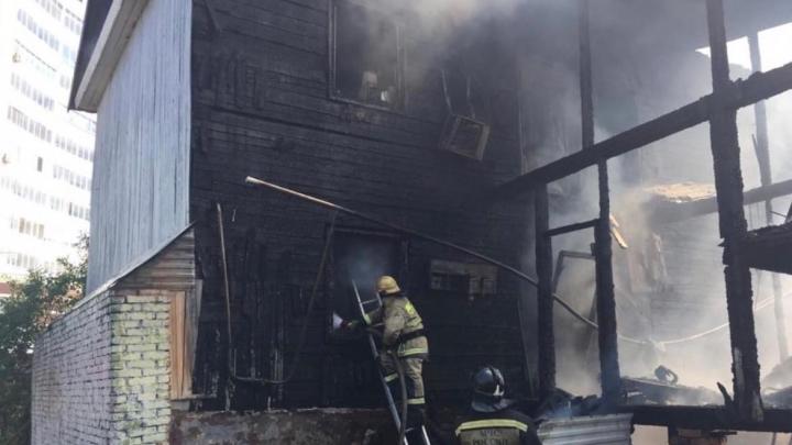 В Уфе на улице Софьи Перовской загорелся дом, пострадали три человека