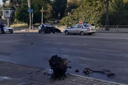 Двигатель на одной стороне, авто — на другой: около метро «Динамо» машина «Делимобиль» попала в ДТП