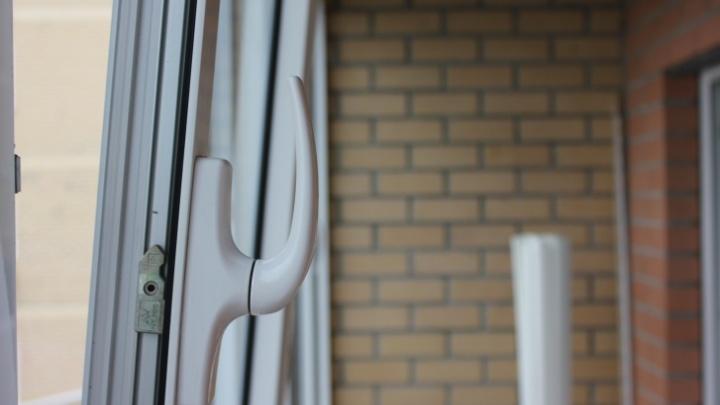 В копейскую больницу попали два ребёнка, выпавшие из окон