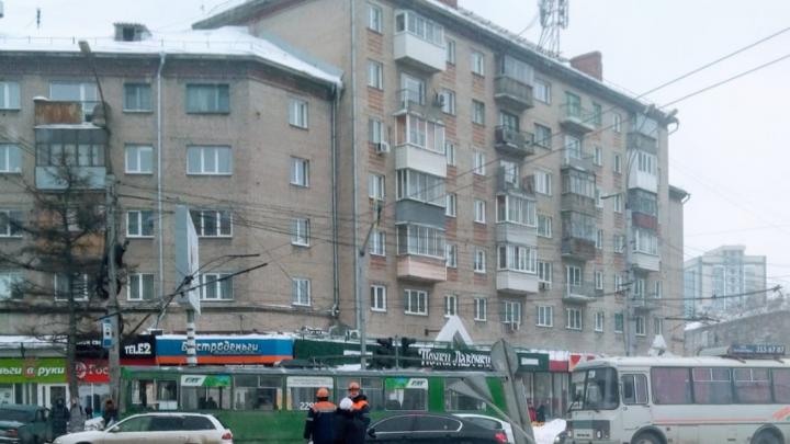 Троллейбусы встали на площади Станиславского из-за обрыва проводов — образовывается пробка