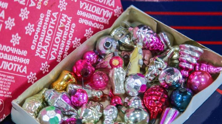 Перламутровая малина, керосинка с мизинец и шары ручной росписи: разглядываем елочные игрушки советских времен