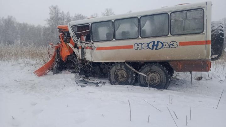 На новосибирской трассе разбились КАМАЗивахтовыйавтобус— в аварии погиб человек