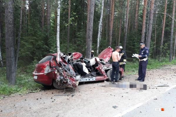 Пьяный житель Кировграда разбил машину об дерево после свадебной вечеринки