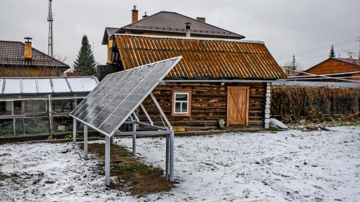 Избушка на солнечных батареях: как бабушка из Сысерти поставила в огороде электростанцию
