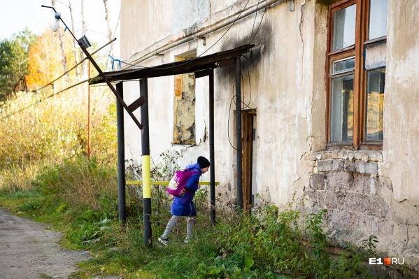 Татьяна и трое её детей (на фото старшая дочка) больше полугода живут одни в аварийном доме