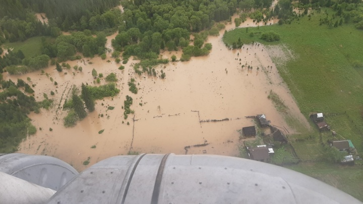 Губернатор Усс вылетел в поселок Нарва, где жители 60 участков покинули дома из-за наводнения