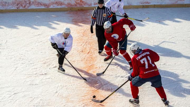 Новосибирцы и омичи сразились в хоккей на месте будущей ледовой арены — 8 кадров, как это было