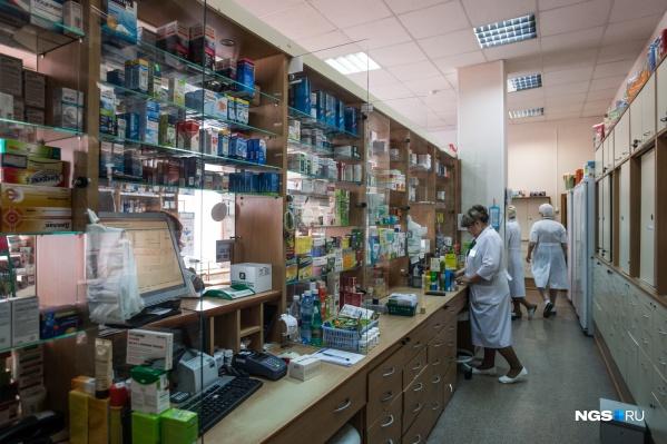 Люди постепенно раскупают лекарства, которые завезли на прошлой неделе