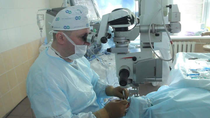 Челябинские врачи вернули зрение подростку. Такую операцию (в полной темноте) провели впервые