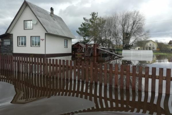Так в разгар половодья выглядела территория у одного из деревенских домов в Вельском районе