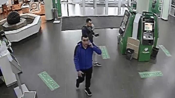 Подошел и сразу ударил в голову: запись жестокого избиения в Сбербанке Волгограда с камер видеонаблюдения