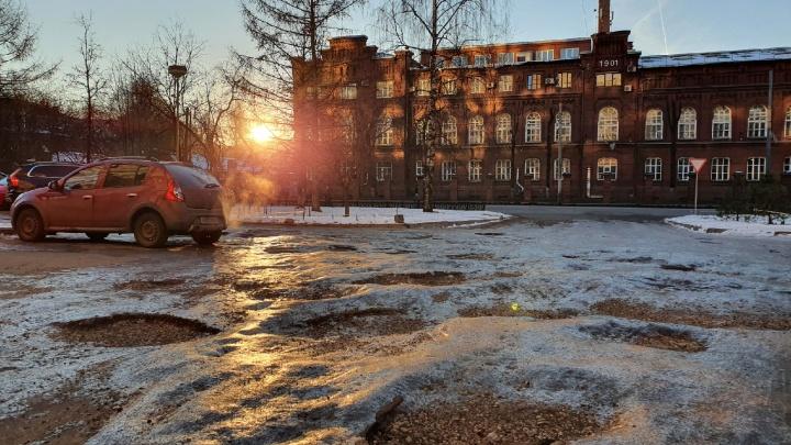 Ярославль покрылся ледяными кратерами: 10 впечатляющих фото
