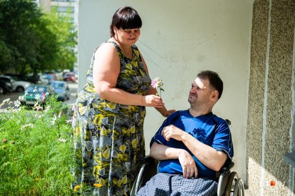 Юлия и Олег около своего дома