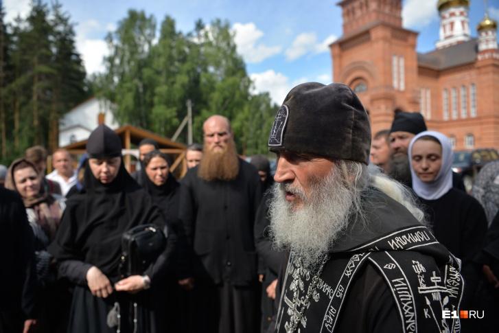 К отцу Сергию примыкает все больше людей, видя его стойкость