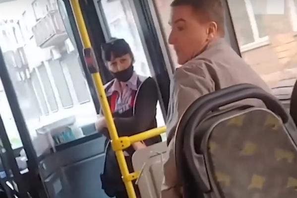 Мужчина отказался надеть маску и ругался на всех вокруг