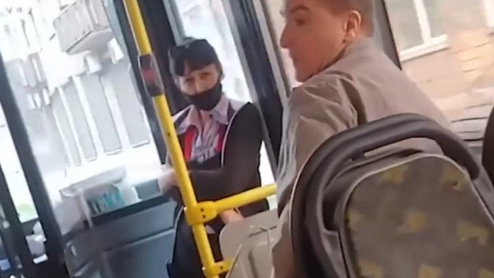 Агрессивный пассажир после требования надеть маску попытался выбить стекла в автобусе