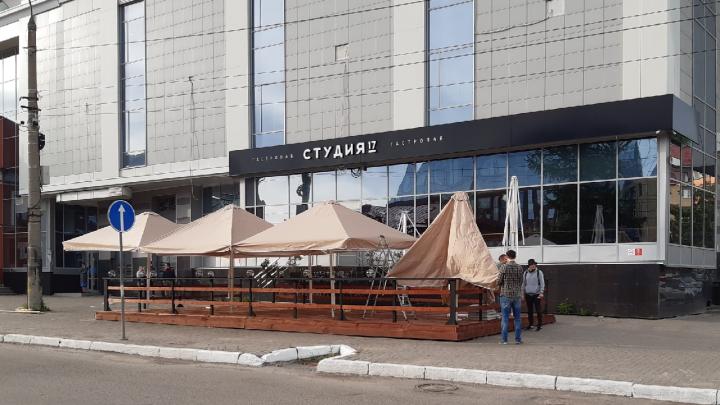 Заведения общепита в Архангельской агломерации должны оградить летние террасы сигнальной лентой