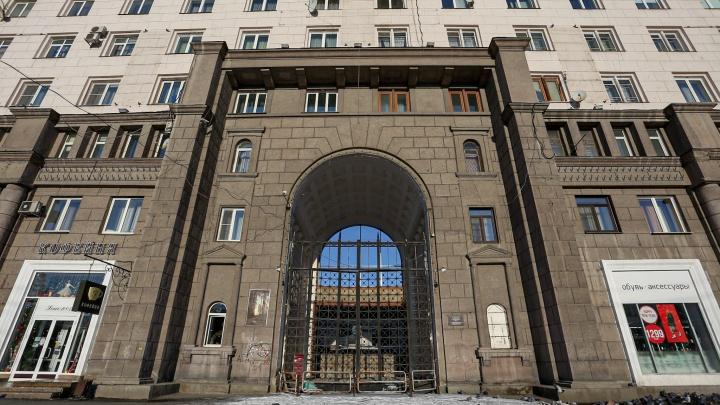 В доме на площади Революции со скандальным долгостроем во дворе восстановят проход через арку