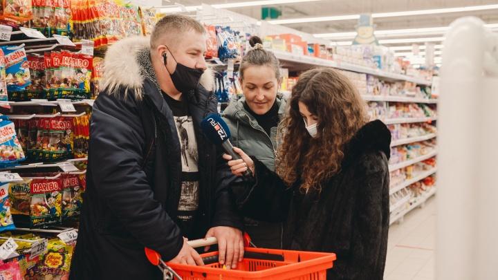 А покажите, что купили? Заглядываем в тележки тюменцев, гуляющих по гипермаркетам перед Новым годом