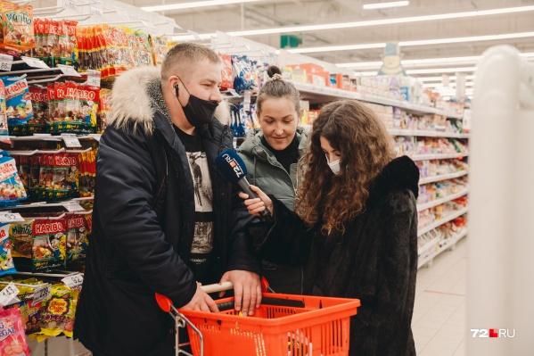 Наши журналисты прошлись по двум большим и популярным гипермаркетам в Тюмени. Семейная пара на фото закупалась сладостями