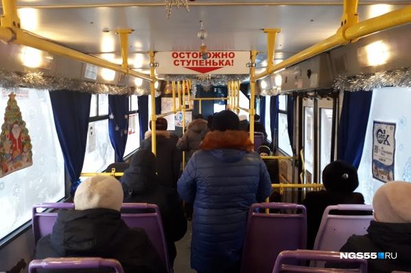 Пассажиры выстроились в очередь к водительской кабине