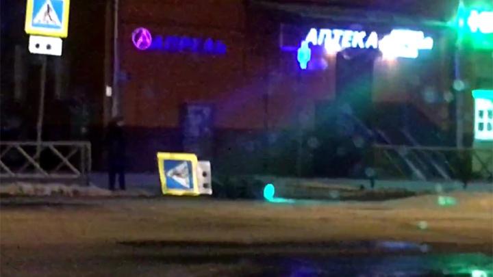 Упал, но продолжает работать: в Ярославле опрокинулся светофор. Видео