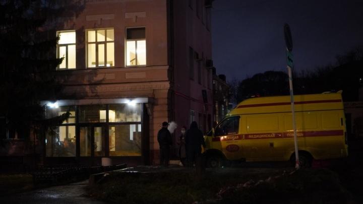 В Омске сотрудники скорой помощи привезли пациентку с поражением легких к зданию Минздрава