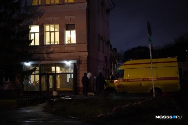 Карета скорой помощи подъехала к зданию министерства вечером
