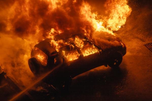 Пламя полностью охватило салон