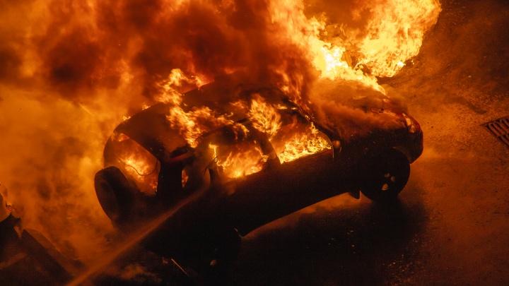 «Нас разбудили взрывы»: на Пятой просеке сгорело три автомобиля