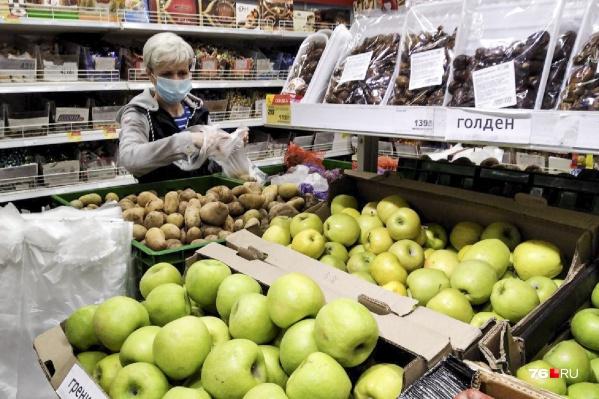 В магазинах могут отказаться обслуживать покупателя без маски, но и сотрудники торговых залов зачастую разгуливают между витрин с масками на подбородках